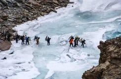 Chadartrek Mensen die Bevroren Zanskar-Rivier kruisen Leh Ladakh India stock foto