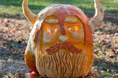 CHADDS福特, PA - 10月26日:在伟大的南瓜雕刻2013年10月26日的Carve的北欧海盗南瓜比赛 图库摄影