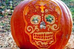 CHADDS福特, PA - 10月26日:在伟大的南瓜雕刻2013年10月26日的Carve的头骨南瓜比赛 库存照片