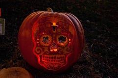 CHADDS福特, PA - 10月26日:在伟大的南瓜雕刻2013年10月26日的Carve的头骨南瓜比赛 免版税库存图片