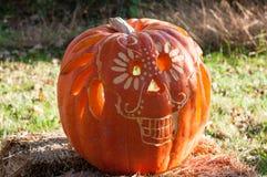 CHADDS福特, PA - 10月26日:在伟大的南瓜雕刻2013年10月26日的Carve的头骨南瓜比赛 库存图片