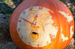 CHADDS福特, PA - 10月26日:计时南瓜在伟大的南瓜雕刻2013年10月26日的Carve比赛 库存图片