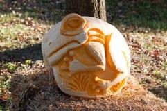 CHADDS FORD, PA - 26. OKTOBER: Baum-Frosch-Kürbis am großen Kürbis Carve Wettbewerb am 26. Oktober 2013 schnitzend stockfotos