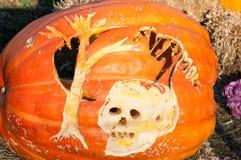 CHADDS FORD, PA - 26. OKTOBER: Der große Kürbis Carve Wettbewerb am 26. Oktober 2013 schnitzend lizenzfreies stockbild