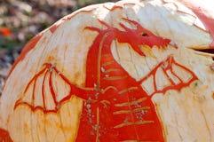 CHADDS FORD, PA - 26. OKTOBER: Dragon Pumpkin am großen Kürbis Carve Wettbewerb am 26. Oktober 2013 schnitzend lizenzfreies stockbild