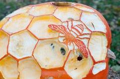 CHADDS FORD, PA - 26. OKTOBER: Honey Bee-Kürbis am großen Kürbis Carve Wettbewerb am 26. Oktober 2013 schnitzend lizenzfreies stockfoto