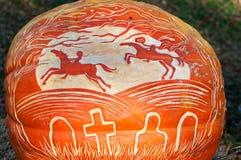 CHADDS FORD, PA - 26. OKTOBER: Kopfloser Reiter-Kürbis am großen Kürbis Carve Wettbewerb am 26. Oktober 2013 schnitzend lizenzfreies stockbild