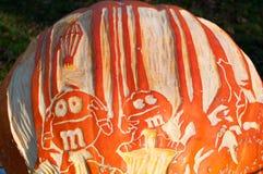 CHADDS FORD, PA - 26. OKTOBER: M und M Candy Pumpkin am großen Kürbis Carve Wettbewerb am 26. Oktober 2013 schnitzend stockfotografie