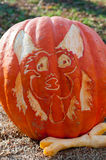 CHADDS FORD, PA - PAŹDZIERNIK 26: Psia i kość bania przy Wielką banią Rzeźbi cyzelowanie konkurs na Październiku 26, 2013 Zdjęcie Royalty Free