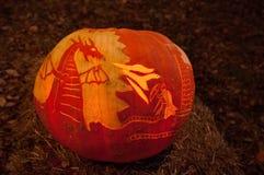 CHADDS FORD, PA - PAŹDZIERNIK 26: Smok, rycerz i kasztel bania przy Wielką banią, Rzeźbimy cyzelowanie konkurs na Październiku 26 Zdjęcia Stock