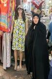 chador的妇女在短小穿礼服,德黑兰,伊朗的时装模特附近 免版税图库摄影