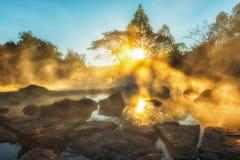 Chae儿子国家公园早晨光、温泉城和雾南邦府的,泰国 免版税图库摄影
