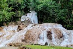 Chae Son Waterfall em Chae Son National Park, Lampang, Tailândia imagem de stock