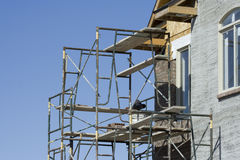 Échafaudage à la maison de construction Photographie stock libre de droits