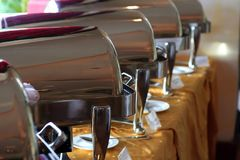 Chafing schotel bij buffet Royalty-vrije Stock Foto's