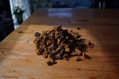 Chaga-Pilzklumpen auf hölzerner Tabelle Lizenzfreie Stockbilder