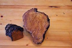 Chaga-Pilzklumpen auf hölzerner Tabelle Lizenzfreie Stockfotos