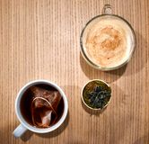 Chai latte, te och suckulent arkivbilder