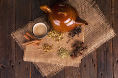 Chai Tea avec les herbes et les épices traditionnelles Photo stock