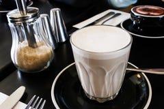 Chai Tea Latte con zucchero bruno fotografie stock libere da diritti