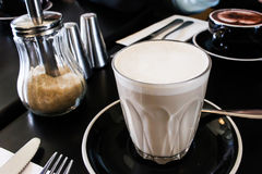 Chai Tea Latte met Bruine Suiker Royalty-vrije Stock Foto's