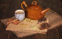 Chai Tea mit traditionellen Kräutern und Gewürzen Lizenzfreie Stockfotografie