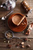 Chai-Tee masala mit Gewürzen Stockfotos