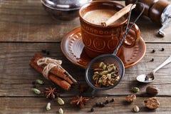 Chai-Tee masala mit Gewürzen Stockfotografie