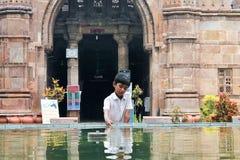 Chaild che gioca alla moschea di Ahmed Shah Fotografia Stock