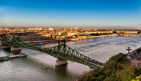 Chain bro över Danubet River i Budapest, Ungern arkivfoto