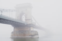 Chain bro, Budapest, Ungern, i dimman Royaltyfri Fotografi