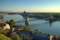 Chain bro i Budapest i morgonen Royaltyfri Fotografi
