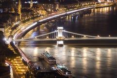 Chain bro i Budapest, nattplats Royaltyfria Bilder