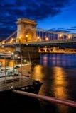 Chain bro i den Budapest staden vid natt Royaltyfri Foto