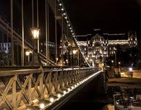 Chain bro Szechenyi på natten, bro över Danubet River i Budapest Fotografering för Bildbyråer