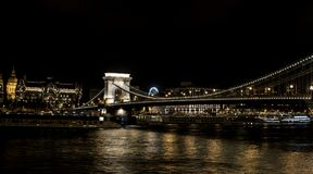Chain bro Szechenyi på natten, bro över Danubet River i Budapest Royaltyfria Foton
