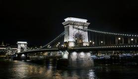 Chain bro Szechenyi på natten, bro över Danubet River i Budapest Royaltyfri Foto