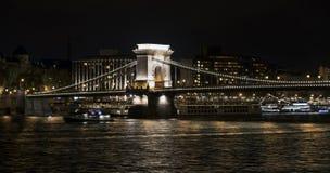 Chain bro Szechenyi på natten, bro över Danubet River i Budapest Arkivfoto