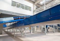 Chain maskineri för transportband för att ordna kompost Arkivfoton