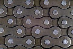 Chain ordnat för cykel på en vit tabell Periodiskt serva av delen arkivfoton
