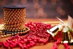 Chain röda och guld- dekorativa pärlor Arkivfoton