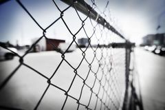 Chain staket längs en trottoar Royaltyfri Bild