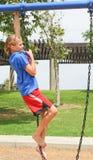 chain tonårs- klättringflickaswing Arkivfoton