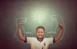 CHAINAT - 2月22日:反对黑板的亚裔坚强的孩子在分类 免版税图库摄影