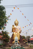 CHAINAT, THAILAND - APRIL 14: de gouden standbeelden van Boedha in tempel, C Royalty-vrije Stock Afbeelding