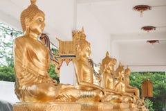 CHAINAT THAILAND - APRIL 14: guld- Buddhastatyer i tempel, C Royaltyfri Foto
