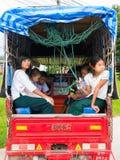 CHAING RAI, THAÏLANDE - 19 MAI 2017 : Étudiant de Myanmar sur des Bu d'école Image stock