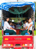 CHAING RAI, THAILAND - 19. MAI 2017: Myanmar-Student auf Schulbu Stockbild