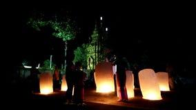 Chaing rai, Thailand - Oktober 10, 2015: Loy Krathong festival i Chiangrai Folket överför den ljusa sväva ballongen som göras av  lager videofilmer