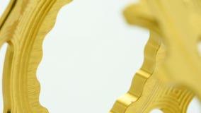 Chainring Gang des goldenen ovalen Fahrrades, der am weißen Hintergrund sich dreht stock video footage